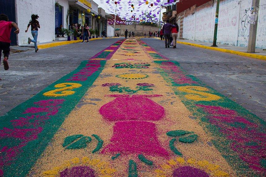 Alfombra de Semana Santa en San Cosme, San Pablo del Monte, Tlaxcala, México.  Canon EOS Rebel T3i f/4 1/100 s ISO-100 18 mm  #IgersTlaxcala #SoyTlaxcala #IgersTlax #SemanaSanta2019 #ViernesSanto2019 #ViernesSanto #SemanaSanta #SanPabloDelMonte #Cuauhtotoatla #Tlaxcala #iHeartBTS