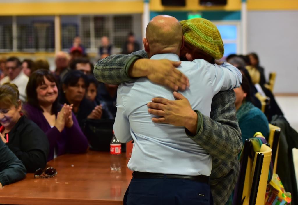 """Hoy entregamos más de cien títulos de propiedad a productores de la ciudad, y créanme que este abrazo es la mejor recompensa. No pararemos hasta ver sus productos en cada negocio local. """"La tierra es del que la trabaja"""", y yo sé que está en buenas manos #HacemosMadryn #Chubut"""
