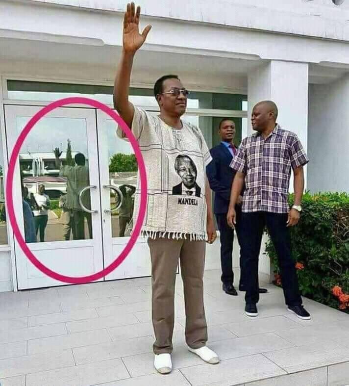 #bruno_tshibala dit au revoir à la foule.  Le miroir nous prouve qu'il y'a personne. 😂😂😂😂😂😂😂😂😂