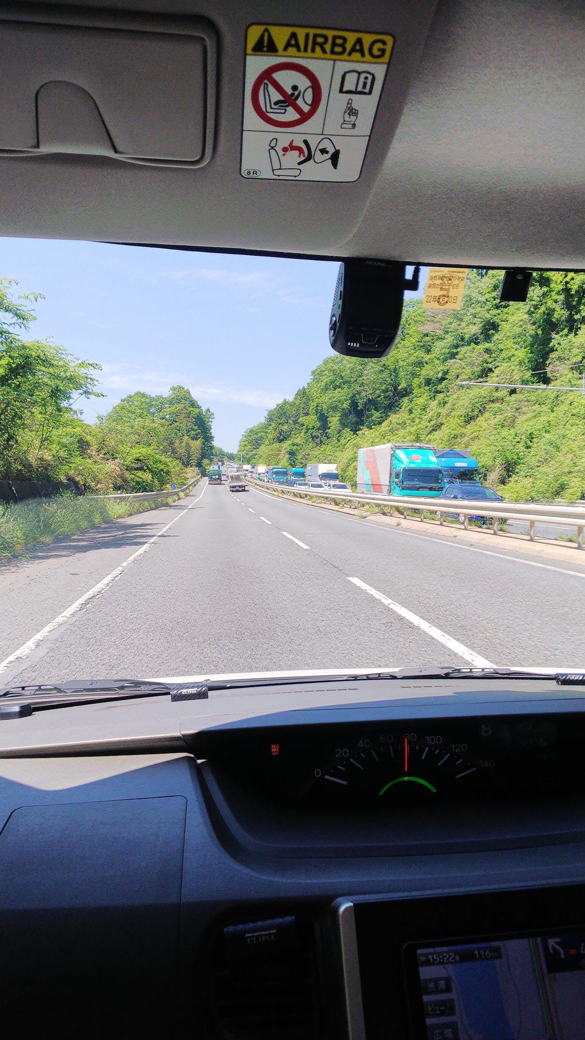 名阪国道西行き神野口IC付近でトレーラーの追突事故現場の画像