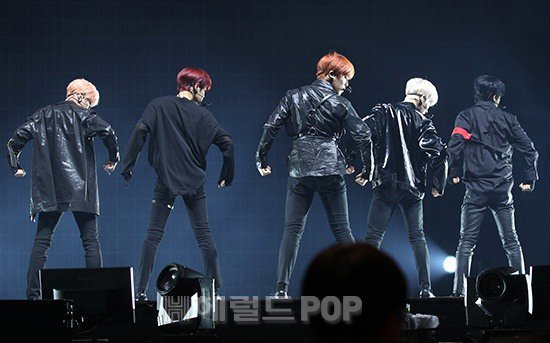 test Twitter Media - #AB6IX just showcased #Hollywood, one of the tracks from its debut EP #BCOMPLETE, for the first time, and this one is an absolute bop with a killing choreography. 👍 @AB6IX #AB6IX_DEBUT #AB6IX_HAPPY_DEBUT https://t.co/0iPlwqur6L