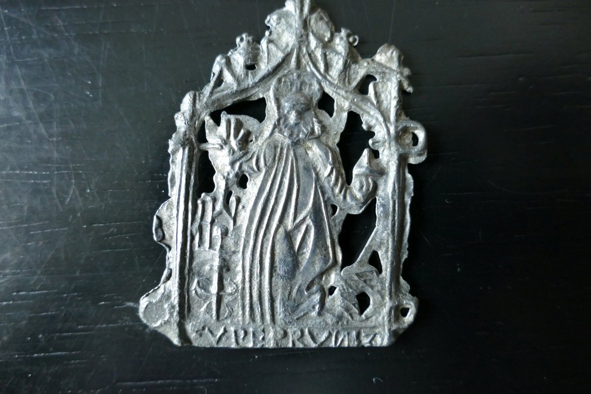 "Any ideas about the provenance of this #pilgrim badge? It might be from St Salvator's church in #Bettbrunn (near #Eichstätt in Bavaria, where it was found). The inscription seems to read ""-V PEPRVN 12"". The number might refer to the year 1512 [?]. Please #RT  #followerpowerpic.twitter.com/2I5zSzfkMN"
