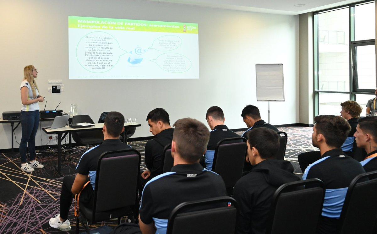 #Sub20 | Una responsable de @FIFAcom está brindado una charla a la delegación de @Uruguay sobre Integridad en el fútbol y manipulación de partidos previo al inicio de #Polonia2019.