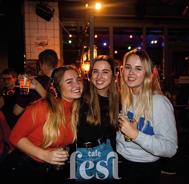 Ben jij klaar om te hakken, te twerken, te shuffelen of gewoon lekker mee te blèren op gouwe ouwen? Dat kan, want as vrijdag 24 mei staat de altijd gezellige silent vrij-mi-disc-bo bo boogie weer voor de deur! 🕺🏼💃🏼 • • #cafe #cafefest #amsterdam #ams…