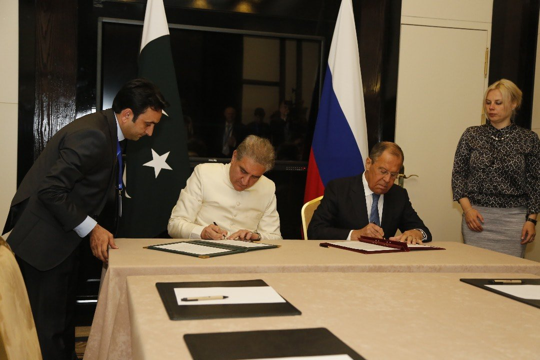 With an aim to prevent weaponisation of outer space #Pakistan &amp; #Russia signed joint statement on No First Placement of Weapons in Outer Space  Foreign Minister Shah Mahmood Qureshi &amp; his Russian counterpart Sergey Lavrov signed statement according to Foreign Office Spokesperson <br>http://pic.twitter.com/duehNmVgdt