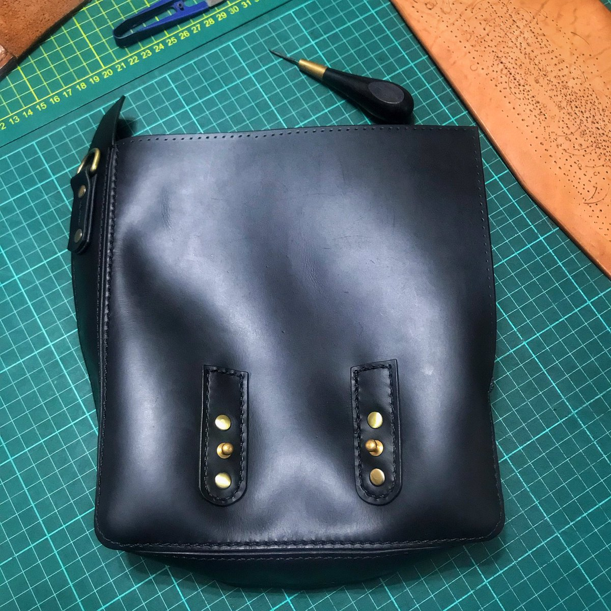 0457eaf5c3 ... #stitching #handstitching #leathercraft #leatherbag #bag #shoulderbag  #morral #cuero #hechoamano #everydaycarry #carryology  pic.twitter.com/kpKKxLUbJO