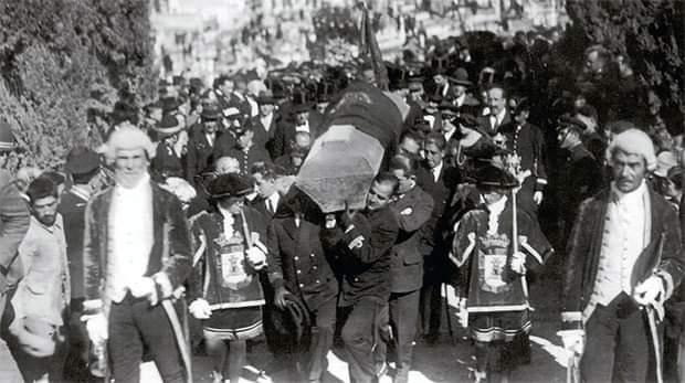 Sus restos mortales se repatriaron a Madrid y se enterraron en el Cementerio de la Almudena, hasta que en 1911 se decidió su traslado a Cartagena. En 1927 se depositaron definitivamente en el monumento levantado en su honor en el Cementerio de los Remedios. #IsaacPeral