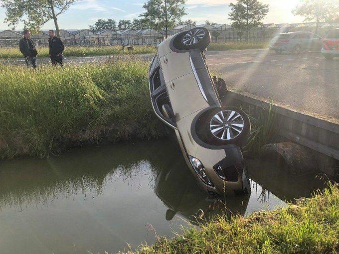 Honselersdijk. Auto te water aan de Vogelaer Man reed bedrijventerrein op en daar ging het fout. https://t.co/ELM3gtsCAn