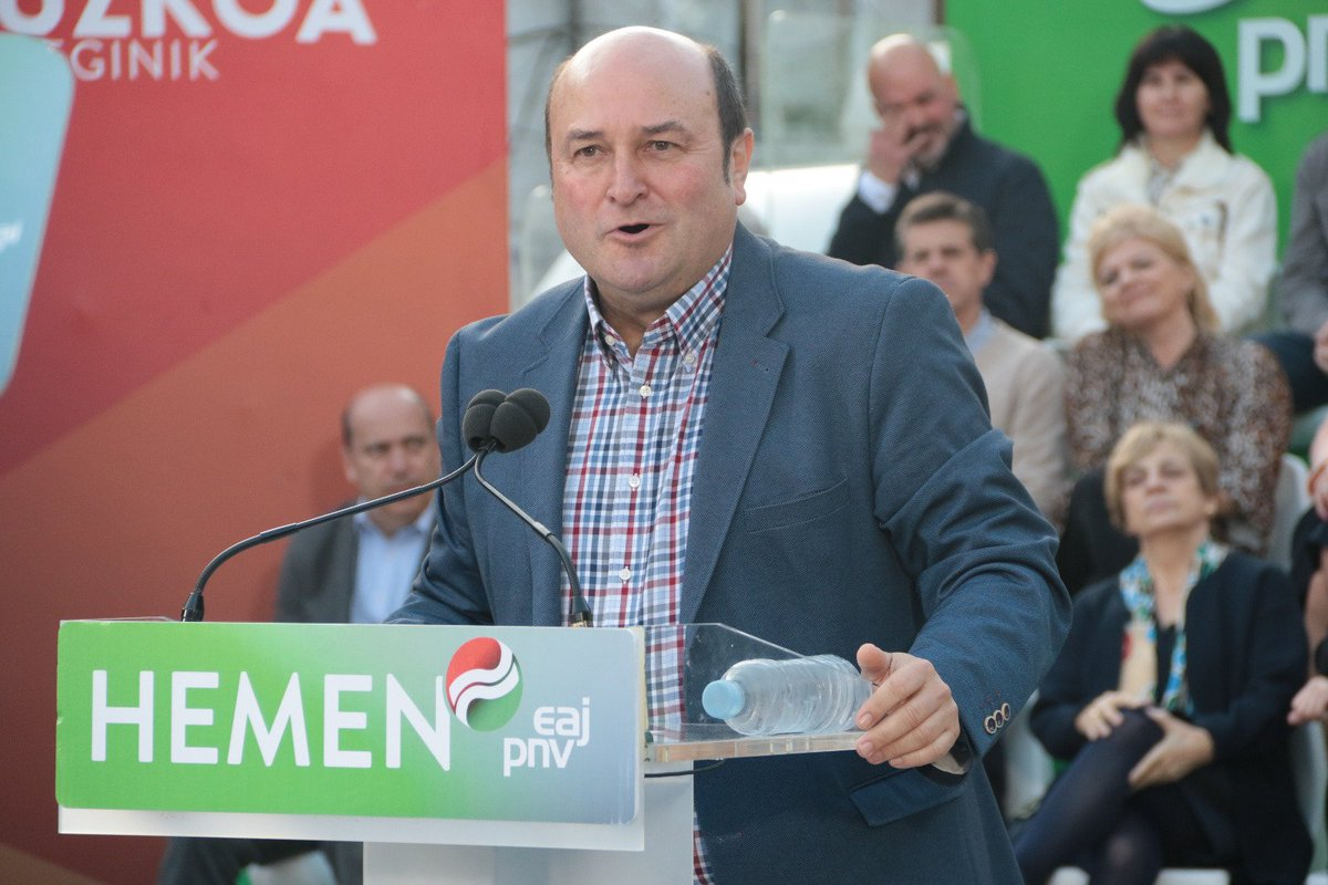 """.@andoniortuzar: """"Los herederos de Herri Batasuna parecen haber sufrido una metamorfosis en esta campaña: alguien les ha dicho que para ganar en Euskadi se tienen que parecer al PNV y se presentan al electorado vasco con un nuevo look, chaquetas burguesas... De borroka, ¡nada""""."""