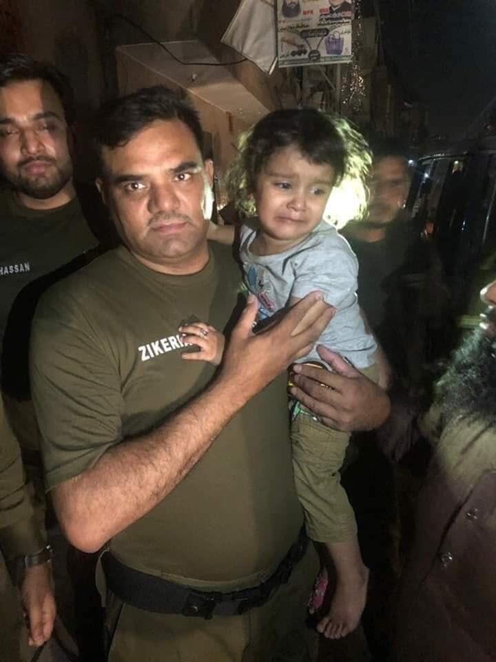 اللہ کا شکر الحمدللہ  آج صبح لاہور کے علاقے شادباغ سے 3 سالہ بچی کو اغوا کیا گیا جس پر وزیراعلی عثمان بزدار نے سی سی پی او کو بچی کی بحفاظت بازیابی کیلئے فوری اقدامات کرنے کی ہدایت جاری کی۔  اب سے کچھ دیر پہلے پولیس نے بچی کو بازیاب کروا لیا۔ اور والدین کے حوالے کر دیا گیا