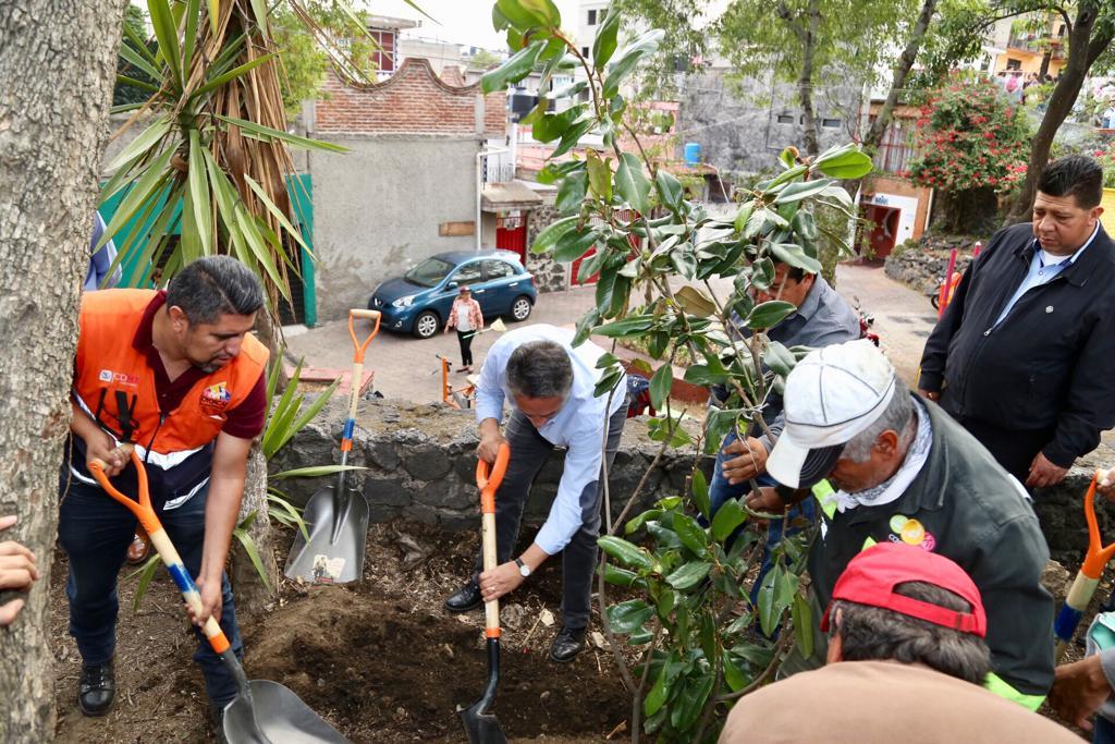 Sumando esfuerzos con el @GobCDMX para recuperar áreas verdes y atender a los habitantes de la colonia Ruiz Cortines, el alcalde @manuelnegretea participa en el Tequio Nocturno.