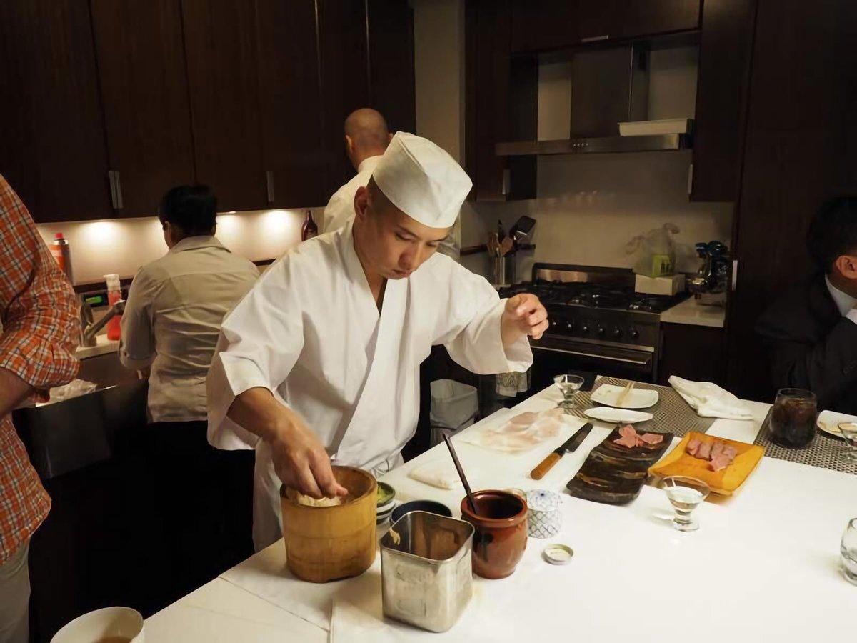 アカデミー卒業から5年でアメリカ高級鮨店で料理長!成功者のキャリアパスとは?年前の2016年。田中さんはなぜニューヨークのお寿司のレベルが低いと思ったのか?海外就職を目指すなら絶対に気をつけたほうが良いビザの問題などお話を聞きました。
