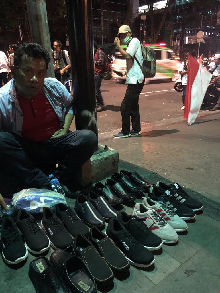 "This legend was trying to sell me a pair of shoes in the middle of a riot. ""Mister! Only 100 thousand"" #JakartaRiots"