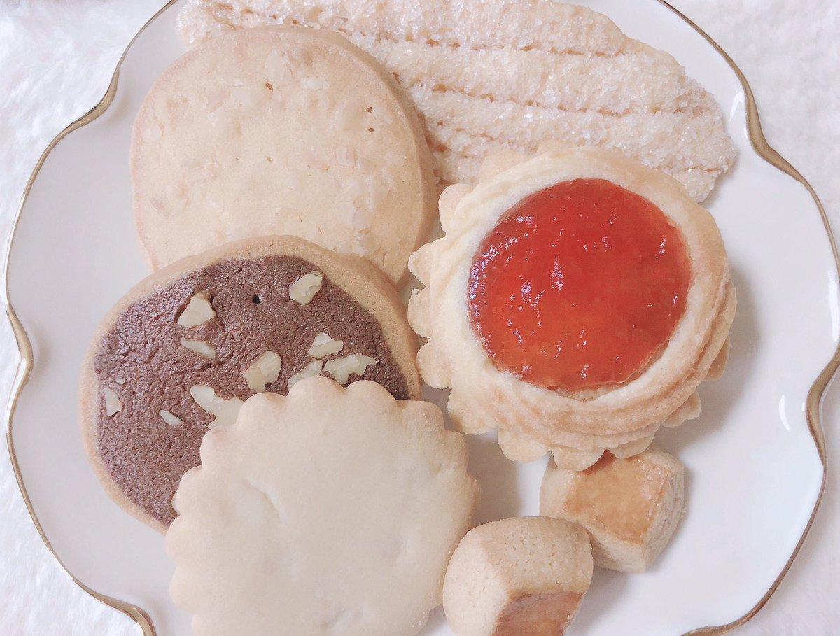 きらきら輝くクッキー ˖⁺˖ グルメなマオマオ♪から教えて頂いた銀座ウエストさんのドライケーキが届いた🐰♡ イチゴジャムのヴィクトリアとリーフパイ、すごくおいしい♡♡  #スイーツ