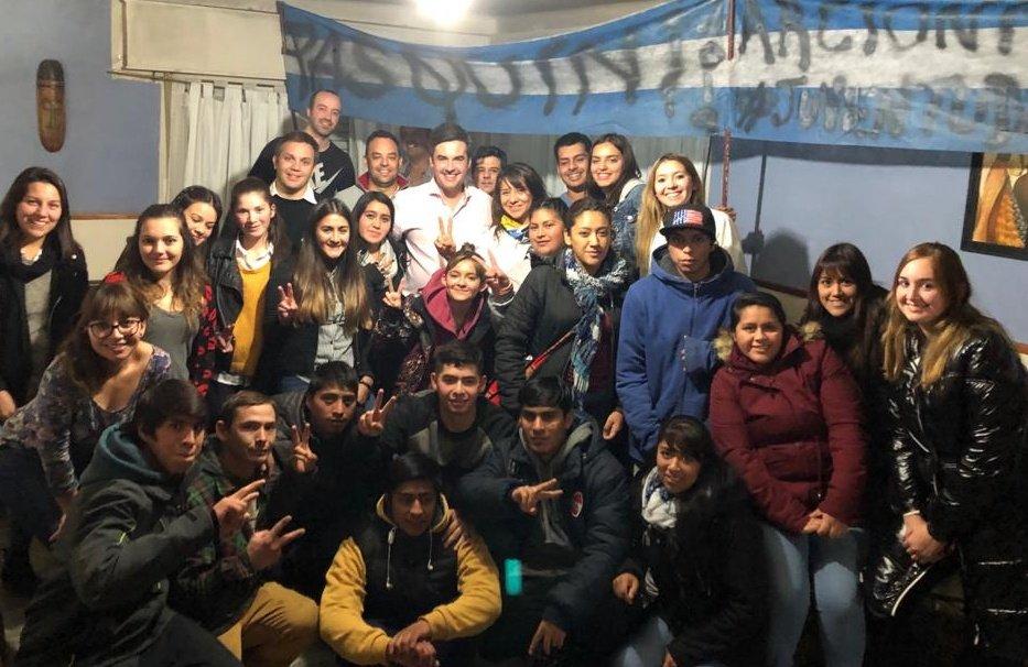 Hoy los jóvenes de #Esquel volvimos a reunirnos junto a la Diputada @CHECHU0405. 🙋 Esta vez para recibir con unos mates al candidato a Intendente @CFPasquiniESQ. En #ChubutAlFrente no sólo se habla de juventud, sino que también se nos escucha. 💪