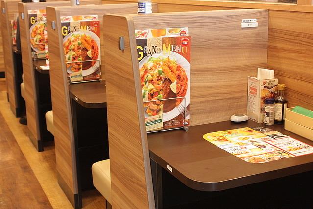 【電源完備】ガスト「ひとり客向け」ボックス席、導入店舗を今後拡大へ 現在、東京などの22店舗で展開。背景には「スマホを見たり仕事をしたりする方の来店が増えている」ことがあるという。