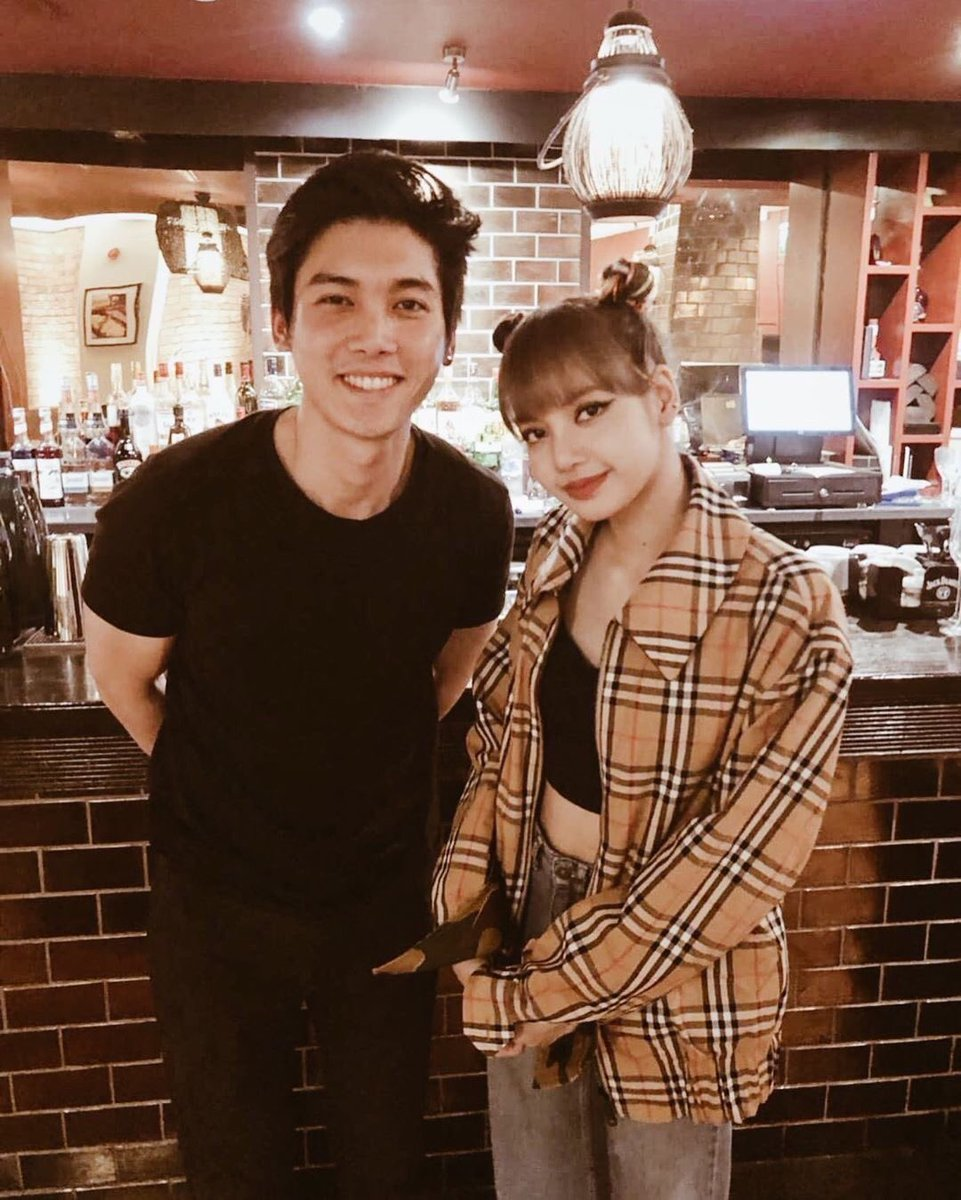#LISA with a Thai Restaurant owner in London  #BLACKPINK  @ygofficialblink<br>http://pic.twitter.com/7AfFZdE4xx