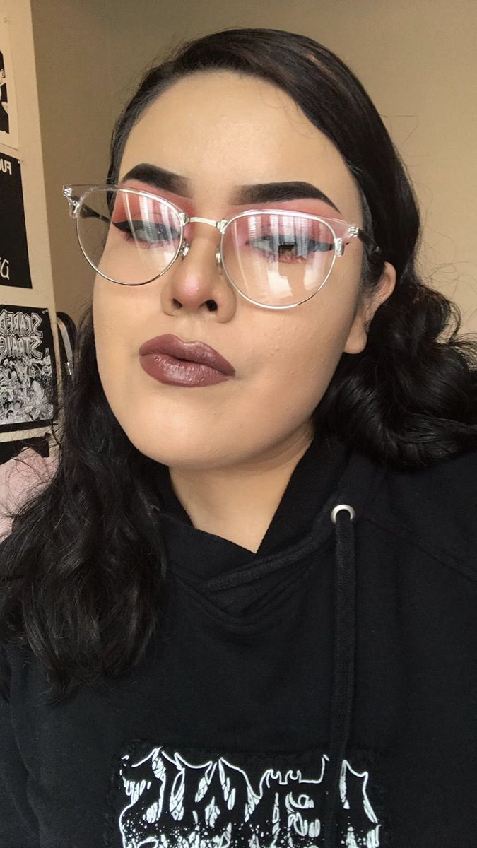 I love red/pink eyeshadow. Bet imma pull this shit off again on Friday in an attempt to get my dick suct  <br>http://pic.twitter.com/PasIEiWXE3