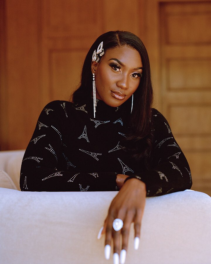 Started from the bottom, now she's in the @nytimes 💁🏾♀️ : «Women in the French music industry are compelled to make no waves. I show off. A black woman doing this here is new, and shocking for many.» https://www.nytimes.com/interactive/2019/05/22/arts/music/15-european-pop-acts-who-matter-right-now.html…