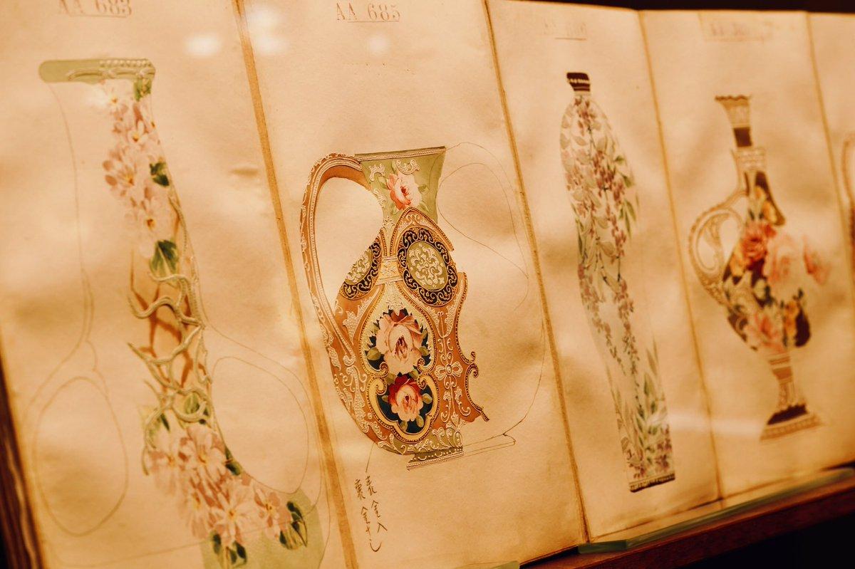 19世紀末、ノリタケの前身「モリムラブラザーズ」はアメリカ人の好みや流行をリサーチするためニューヨークに「図案部」を設け、日本人画家を派遣してデザイン画を描かせたそうです。それを日本に送り、工場で忠実に絵付を施したとか。このデザイン画の数々がまた見事。