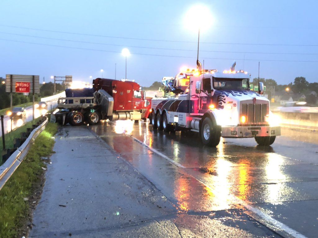 Heavy wrecker just arrived to clean up the jackknifed semi on I-70 WB near Meridian in downtown Indianapolis. Hopefully they'll be able to get more than one lane of traffic past the scene soon. #NewsTracker #Daybreak8 <br>http://pic.twitter.com/8WkG7nq1eC