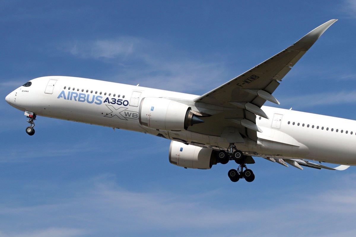Lo prometido es deuda, más fotos y más detalles de éste A 350-900: Su fuselaje de 5,96 m de ancho y 6,09 de alto que permite un ancho interior de cabina de 5,61 m. Dentro prácticamente cabe el fuselaje del A 330 (5,64 m)