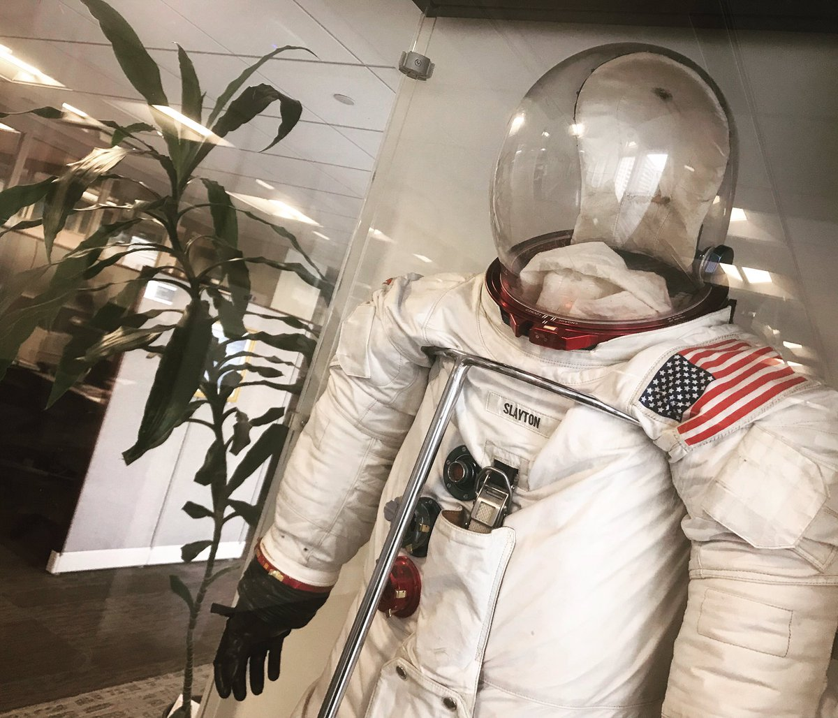Look who I ran into....just another day at the office. Deke Slayton's backup fight suit worn during training for Apollo-Soyuz. <br>http://pic.twitter.com/lYukYqBFiS