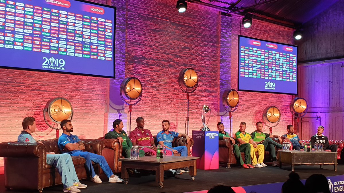 The stage is set. All 10 captains together for an interaction.