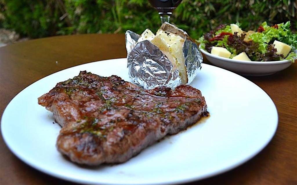 La tRES uno is a steakhouse located in #Envigado in Calle de la Buena Mesa that is popular with locals and some foreigners and it has good steaks. #Medellin. https://medellinguru.com/la-tres-uno/