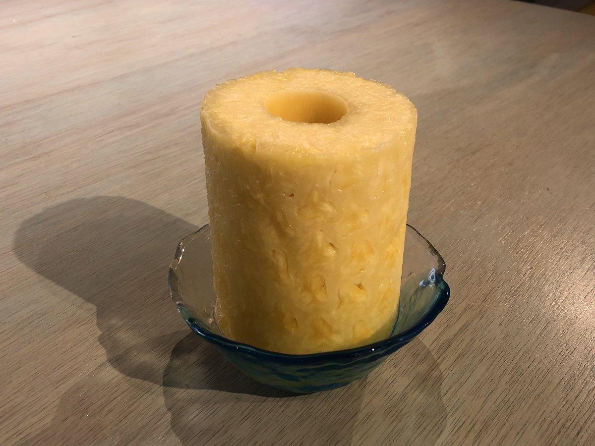 完璧な皮剥きを施したパイナップルを食べてたら友達に「何でトイレットペーパー食べてんの?」って言われた