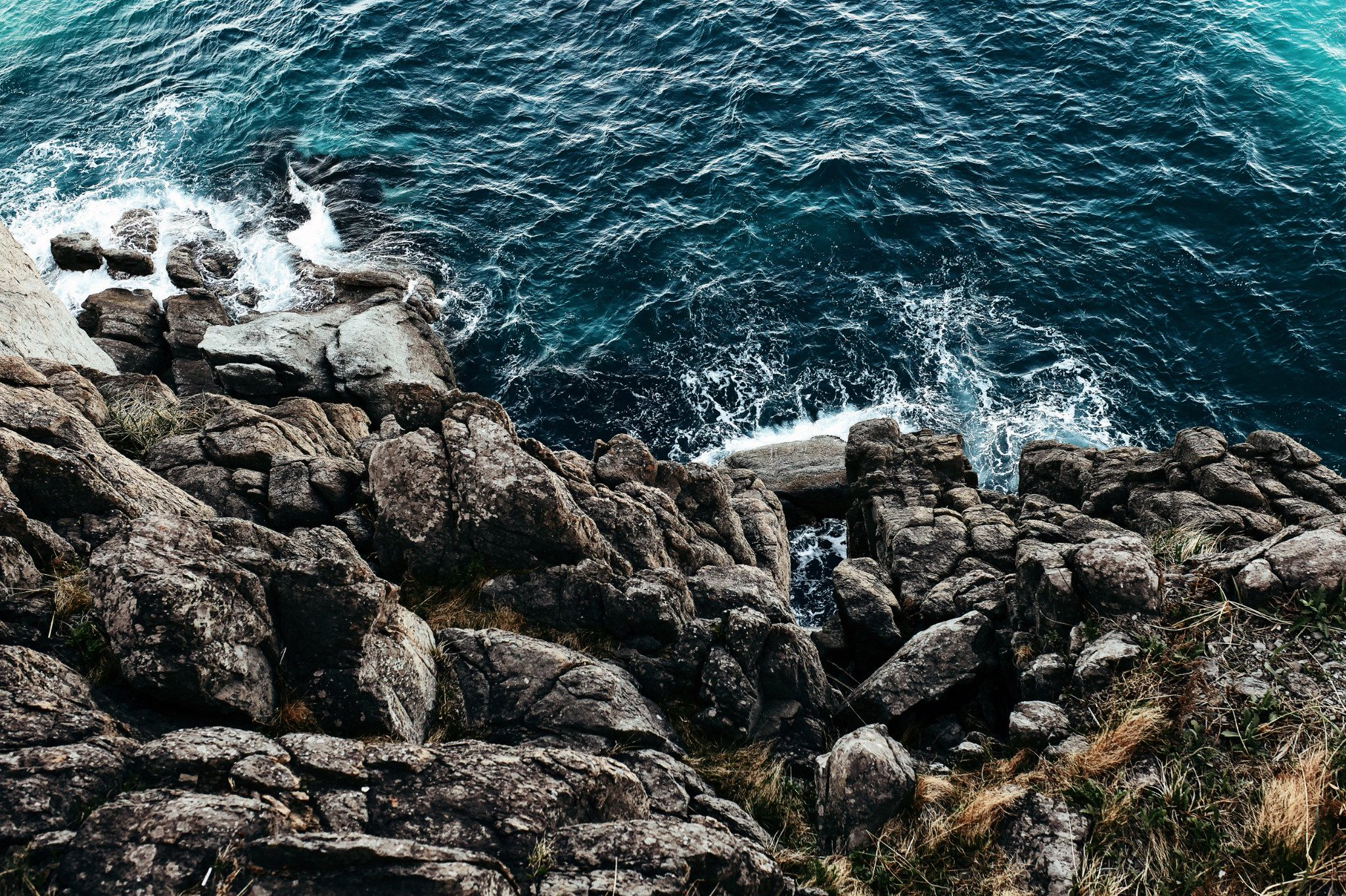 Мыс Брюса с коричнево-серыми скалами и сине-зелёным морем