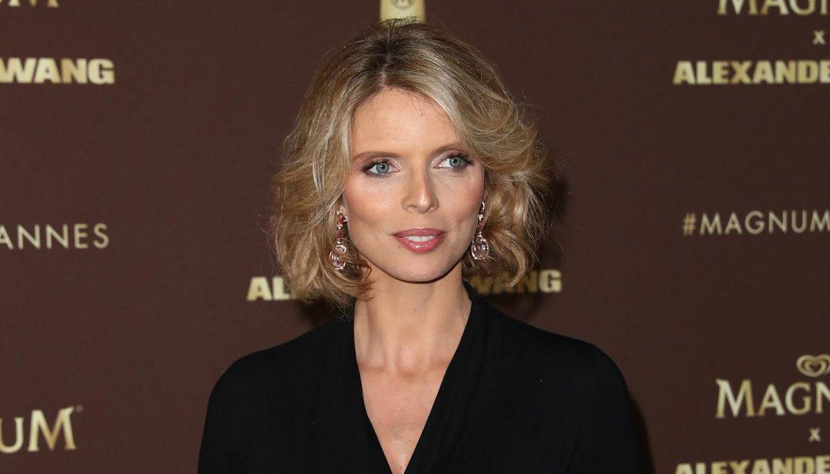 aufeminin: Sylvie Tellier ressemble comme deux gouttes d'eau à ses soeurs, la preuve en photo > https://www.aufeminin.com/news-stars/sylvie-tellier-la-ressemblance-avec-ses-soeurs-est-frappante-s4001397.html?Echobox=1558608503#utm_medium=Social&utm_source=Twitter…