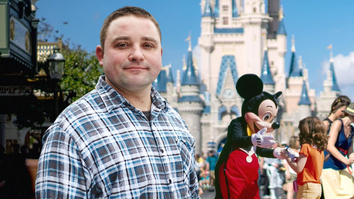 Polite Disney World Guest Decides Not To Bother Mickey Mouse For Picture https://trib.al/GUoByv5