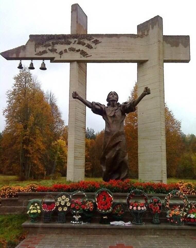 22 мая 1943 года гитлеровцы, окружив деревню Шуневка (Белоруссия), согнали всех взрослых жителей в сарай и сожгли заживо. Здесь погибло 66 человек, 16 детей были живьём брошены в колодец и завалены камнями.