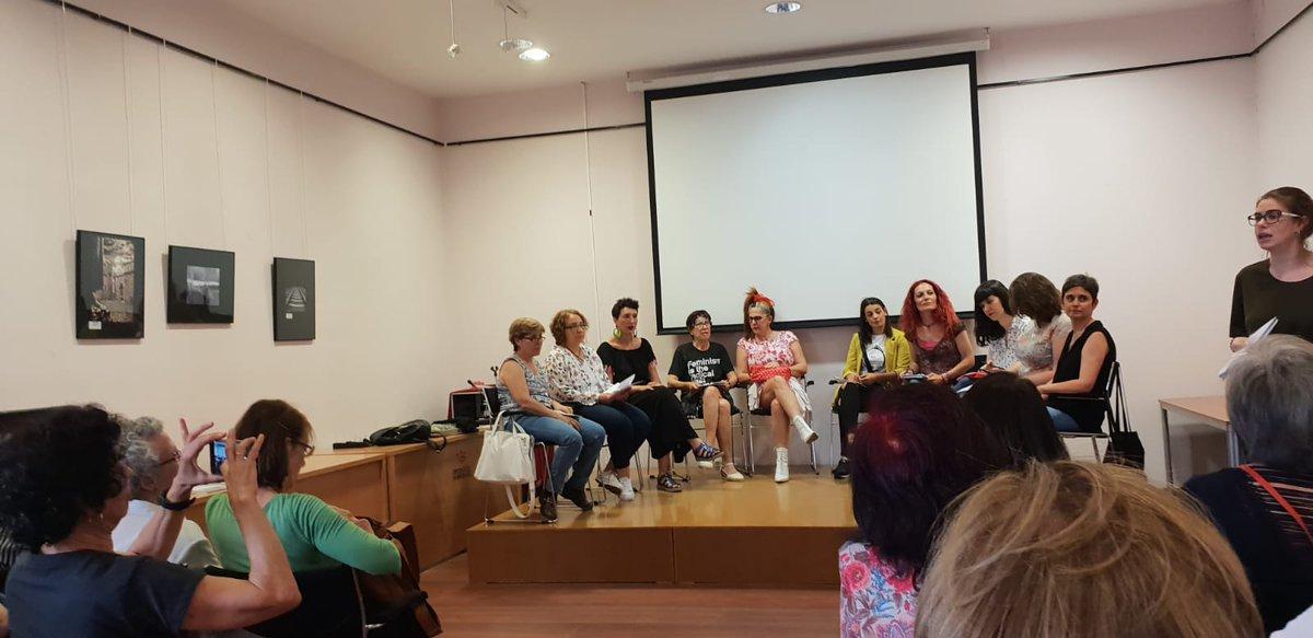 Comienza el acto organizado por @FeminismosB De lo personal a lo político 💪🏽💜
