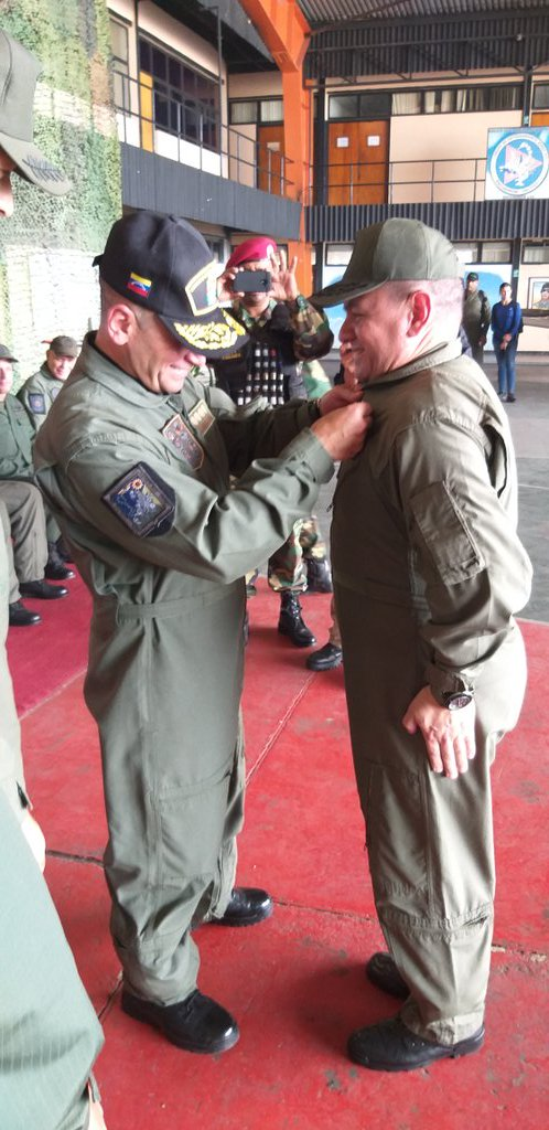 #HOY El Cmdt del @ARB_CANB VA @mjgonzalezgomez  recibió con Honor del Cmdte del @ceofanb AJ @CeballosIchaso y el @Cmdte_Aviacion MG @PedroJuliac las Alas de Piloto Comandante Militar BZ #LealesSiempreTraidoresNunca #FICTECFANB2019 @PrensaFANB @vladimirpadrino @ArmadaFANB https://t.co/GNYO76byDw