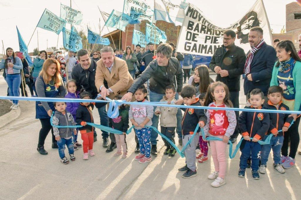Hoy inauguramos el Pavimento del Barrio Baraibar de #Gaiman junto al gobernador @arcionimariano. Una hermosa obra con mucha historia. Además entregamos aportes, firmamos convenios y recorrimos barrios e instituciones.