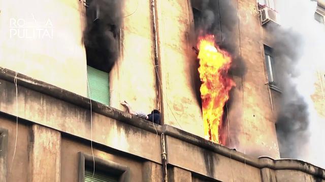 Roma, va a fuoco la casa: ragazzo sul cornicione, ...