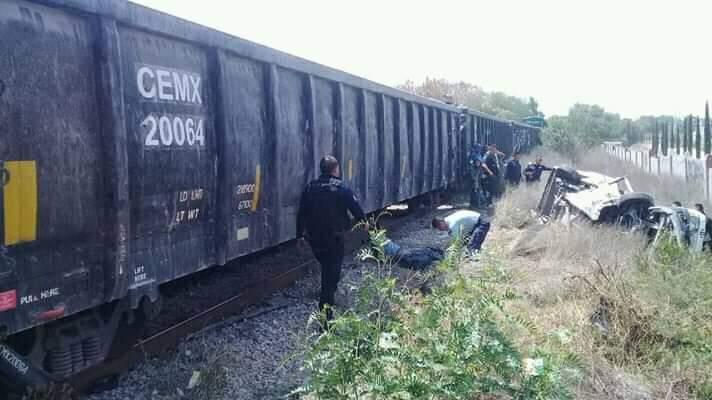 Urvan de transporte público es embestida por tren en los límites de Edomex e Hidalgo