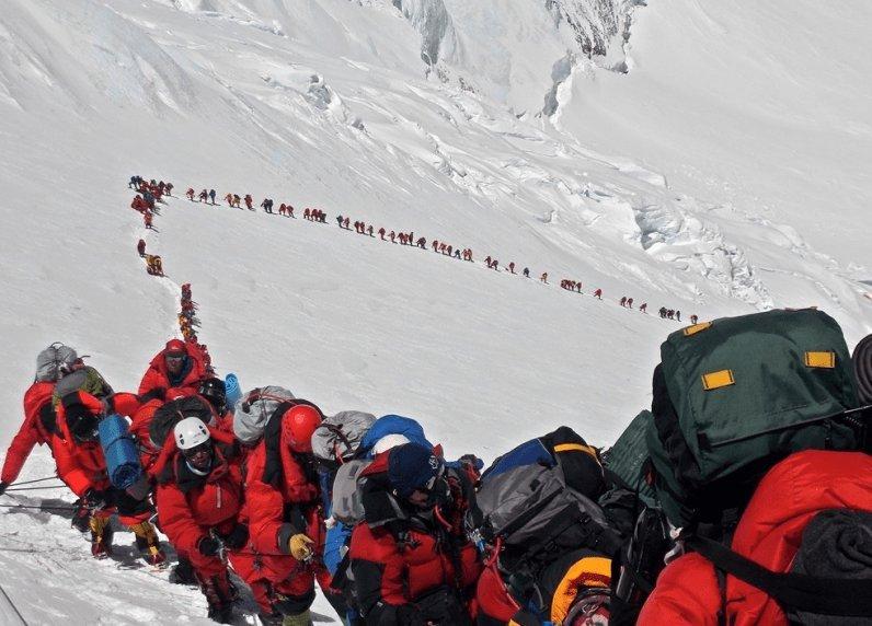 La masificación en el Everest lleva años, no ha empezado en 2019. Y el resultado es terrible