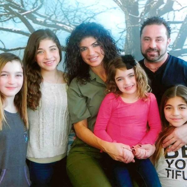 Teresa Giudice and Daughters Visit Joe Giudice in ICE Custody on HisBirthday  https:// celebrityslammer.com/2019/05/23/ter esa-giudice-and-daughters-visit-joe-giudice-in-ice-custody-on-his-birthday/ &nbsp; … <br>http://pic.twitter.com/4bginvoqjN