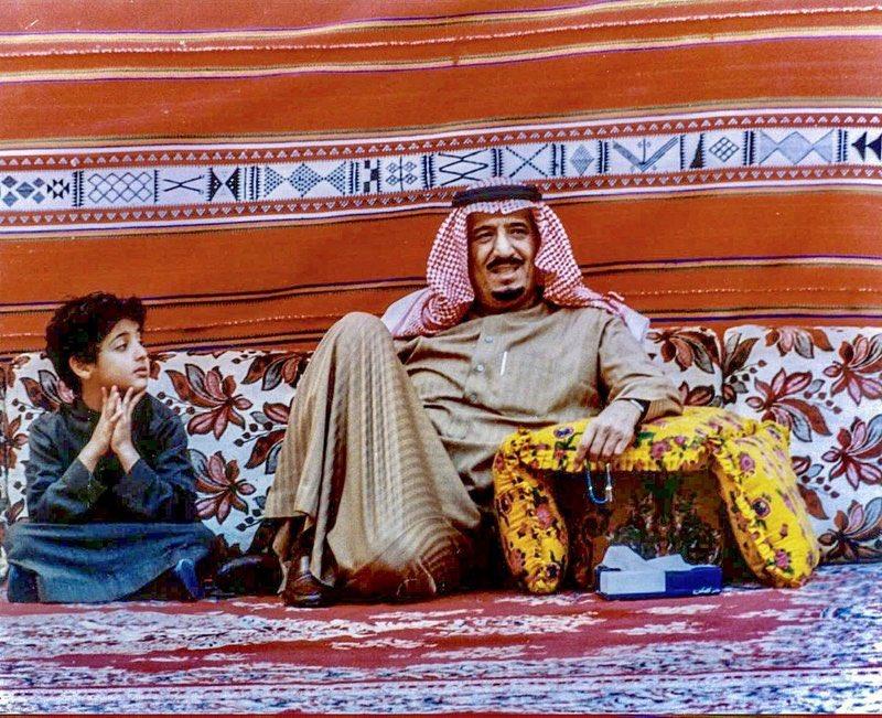 """""""#سبق"""" تتوصل إلى معرفة من كان بجانب #خادم_الحرمين في الصور النادرة.  https://sabq.org/BYQChL"""