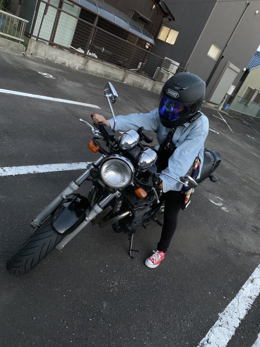 就職して免許とったら一緒に走りに行こう?彼女さんがバイクにまたがってる写真です。