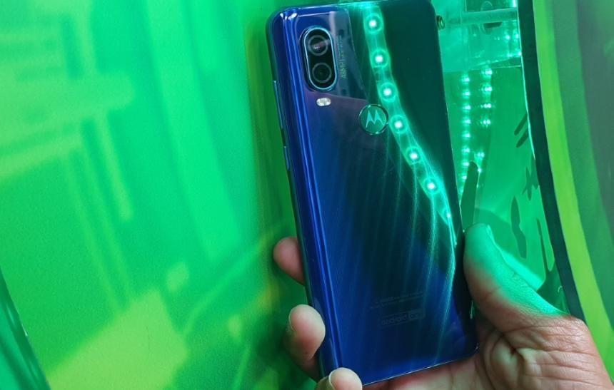 Review do Motorola One: um ótimo smartphone, mas que peca na tela -> https://buff.ly/2HyqZQ6