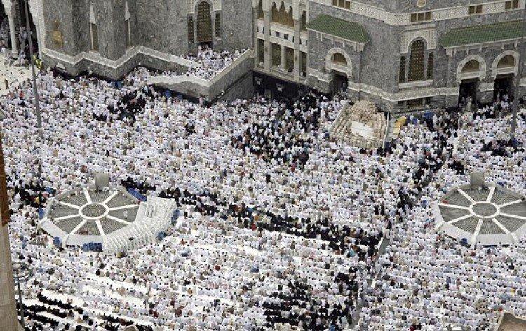 الأمن العام لزوار المسجد الحرام:حفاظاً على سلامتك تجنب إرباك حركة المشاة بالتجمع في ساحات الحرم الخارجية أو عند الباعة المتجولين.