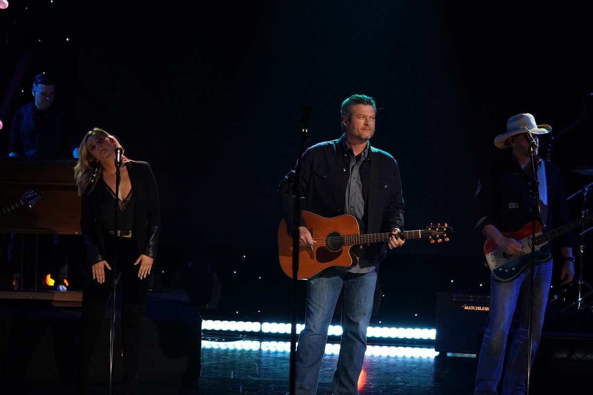 .@blakeshelton is rocking it out right now signing &quot;God&#39;s Country&quot;. Tune in to @nbc and donate now at  http:// rednoseday.org  &nbsp;   #RedNoseDay <br>http://pic.twitter.com/xFkZ775pB2