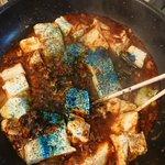 麻婆豆腐の赤さにムカついて青一号入れた!!宝石みたいでキレイなのができた!