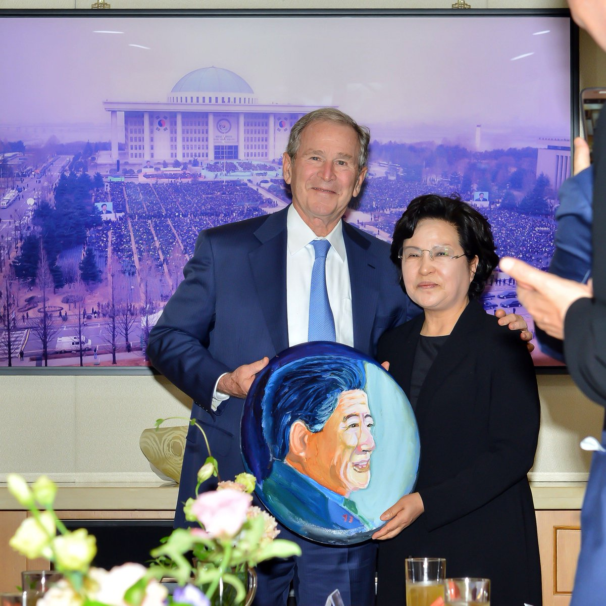 A deeply moving moment! Former President George W. Bush presented a portrait he painted of former President Roh Moo-hyun to first First Lady Kwon Yang-sook at the 10th anniversary of former President Roh's passing.
