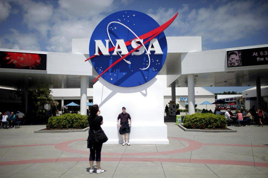 NASA chooses technology firm Maxar for lunar platform project http://www.reuters.com/article/us-space-exploration-nasa-maxar-techno-idUSKCN1ST2JD?utm_campaign=trueAnthem%3A+Trending+Content&utm_content=5ce77bd02c88440001a60d40&utm_medium=trueAnthem&utm_source=twitter…