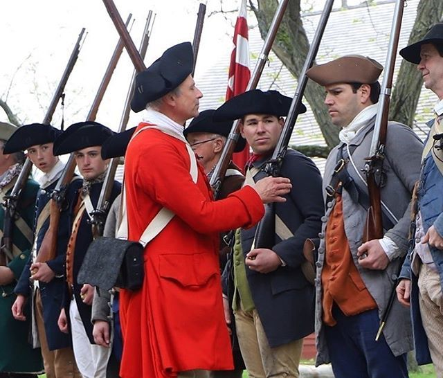 2nd mass sergeant helping out one of the regiments new recruits. #massachusetts #reenactment #newengland #revolutionarywar #patriots https://t.co/wZad5O5iox